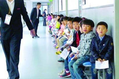 """□上周六,""""幼升小""""的面试门外,孩子们在安静地等待。/晨报记者 陈征"""