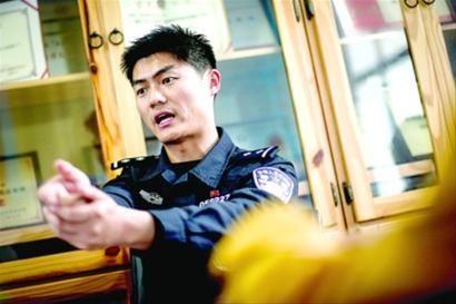 □开枪特警吴慧正在讲述事发经过 /晨报记者 肖允