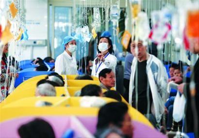 □面对众多的患者,护士的脚步不停穿梭,很少有休息时间。/晨报记者 殷立勤