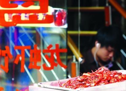 □日前,申城已进入小龙虾旺销季,其食品安全问题一直备受关注。 晨报记者 殷立勤