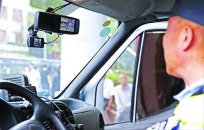车内视频 冲锋车车顶安装着监控设备,车内监控视频也可看到拍摄的画面 晨报记者 殷立勤