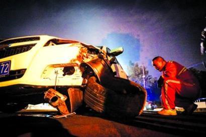 □肇事车辆前轮损坏严重 /晨报记者 肖允
