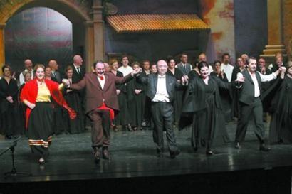 现任意大利贝里尼歌剧院艺术总监、首席指挥许忠(前排中)带领《乡村骑士》主演向观众致意。 蒋迪雯 摄