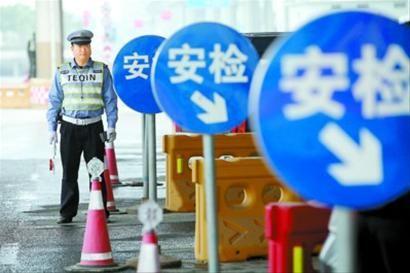 在30余个重点出入上海市境道口,交警、特警、武警等多警种组成的安检组将每辆经过的车辆拦下后进行检查。 蔡斌 摄