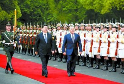 习近平为哈萨克斯坦总统纳扎尔巴耶夫举行欢迎仪式。 新华社记者 姚大伟 摄