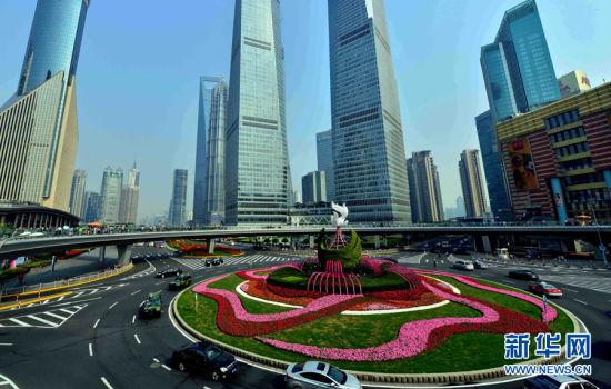 亚信峰会期间,上海陆家嘴环形天桥的圆形花坛焕然一新