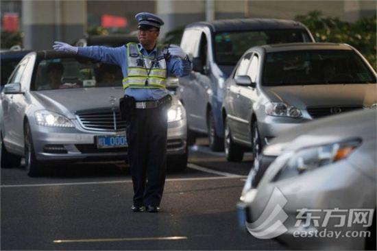 正在路口执行任务的上海交警