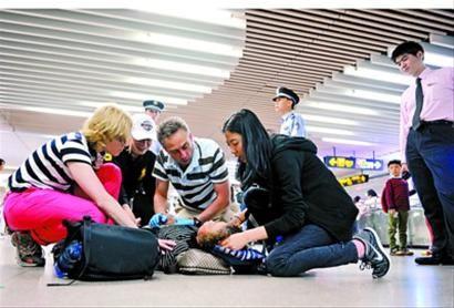数名中外乘客对晕倒女子进行救助。 (地铁志愿者提供)