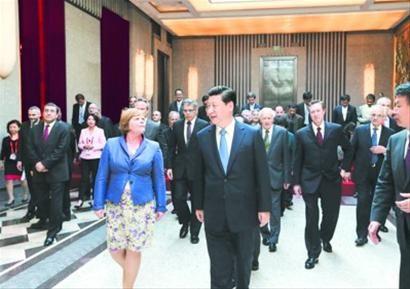 习近平与出席会议的外国专家一起步入会场。 均新华社记者 兰红光 摄