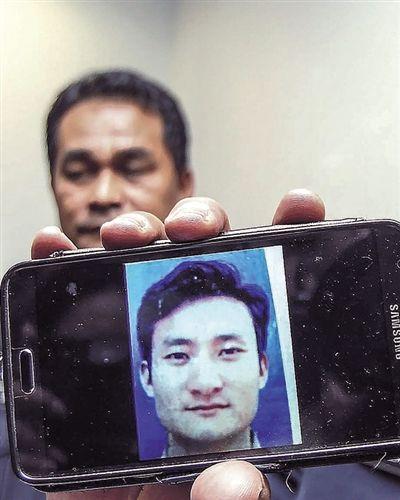 6日,马来西亚警方展示遭绑架的中国男子杨再林的照片。