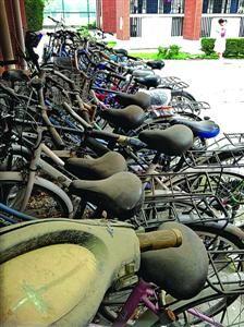 """□5月25日,华东政法大学校园各停车点、车棚,停满了""""僵尸""""自行车。/陈征"""