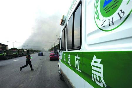 □火灾发生后,环境应急监测车辆到场开展工作。/晨报记者 吴磊
