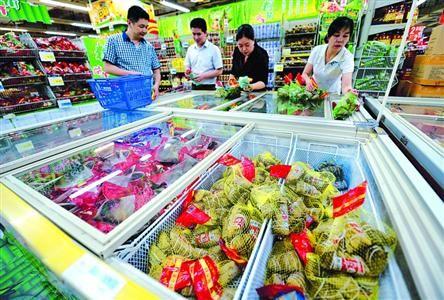 □大型商场、超市内粽子多以散装或简易包装为主,深受百姓欢迎。 /新华社
