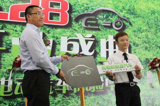 高瞻电动汽车体验中心为第一位客户交付新车钥匙