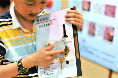 """□愚一小学李成章发明的""""钥匙忘拔报警器"""" /晨报记者 陈征"""