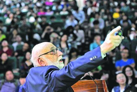 """□2013年诺贝尔物理奖得主弗朗索瓦·恩格勒教授在为学生讲解他的""""上帝粒子""""理论。   晨报记者 陈征"""