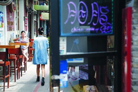 □游客感受着田子坊老房子的生活气息 /晨报记者 殷立勤