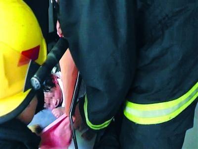 救援人员边安抚女童情绪,同时准备救援工作。  为防止女童受伤,消防队员用棉布罩住女童的头部和胸腹部,随后使用液压钳将椅背与坐垫处的金属连接剪断。