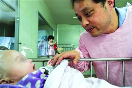 □静安分局的赵警官已经为四名弃婴找到亲人/晨报记者 肖允