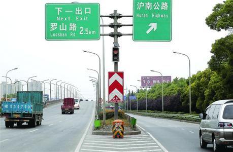 □路口安装的黄闪灯  /晨报记者 殷立勤
