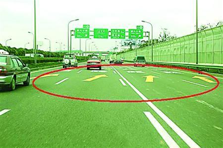 □路上漆划的指路标志  /浦东高速交警微博