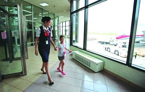 □航空公司的工作人员全程协助陪伴儿童乘坐飞机 /晨报记者 殷立勤