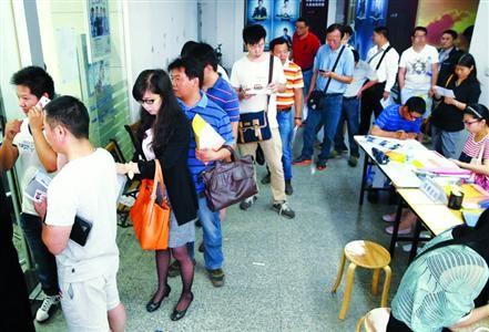 □市民排队办理拍牌登记业务/晨报记者 殷立勤