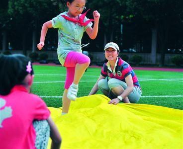 上海体育老师发现小学生上肢力量弱 设计倒立计划