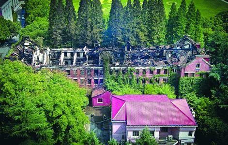 □上海大学延长校区一大楼着火后,楼顶被烧穿。本版图片/晨报记者 肖允