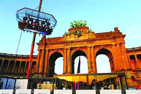 """□顾客在比利时首都布鲁塞尔的""""空中餐厅""""就餐/新华社"""