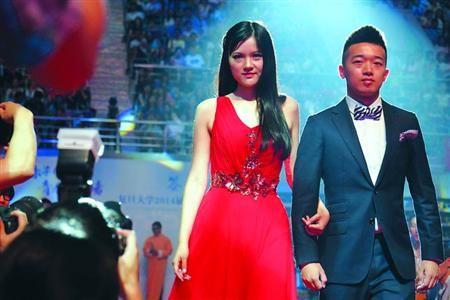 """□昨晚,被誉为""""门萨女神""""的复旦毕业生张安琪,与同班同学廖威栋走上晚会红毯。/晨报记者 陈征"""
