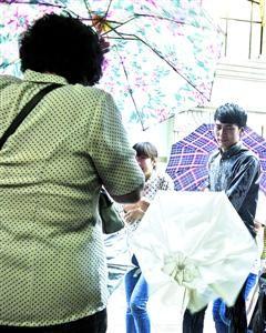 □昨日,本市多处下起暴雨。/晨报记者 肖允