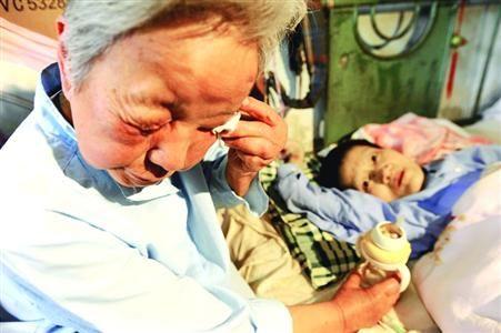 □金志一老人想到瘫患女儿今后的生活忍不住落泪 /晨报记者 吉建富