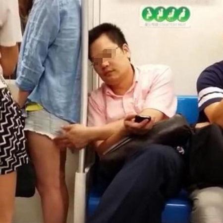 网友发布的男子偷摸女孩热裤大腿视频点击量超过