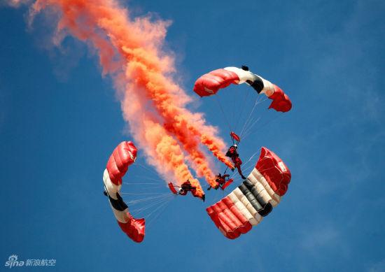 组队俯冲地面英红色魔鬼跳伞队献艺航展