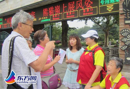 东方网记者包永婷8月18日报道:上海动物园于近日开展噪声污染防治活动,志愿者在大门口向晨练者和游客分发噪声污染防治宣传材料,呼吁人们重视噪声污染问题,普及动物园噪声控制相关知识。   据了解,近年来随着动物园晨练人数的增加,使用音响设备跳操跳舞的团队和个人也不断增多,部分高分贝音响设备的使用干扰了动物的日常休息。为此,动物园开展此次主题为防治噪声,文明游园的活动,呼吁晨练者降低设备音量,为动物营造安静舒适的生活环境,维护动物园游园秩序。   活动当日,园方组织志愿者在大门口向行人分发了《动物园噪声控