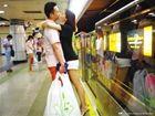 情侣地铁热吻被拍惹争议律师:或侵犯隐私权