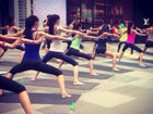 环球小姐中国区入围者淮海路上练功夫瑜伽