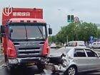 卡车路口刹车不及撞轿车两车不同程度损毁