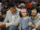 姚明全家场边观战NBA国际赛可爱女儿玩篮球