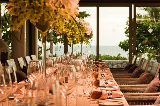 关于特瑞萨拉度假酒店   特瑞萨拉,在梵语里是天堂的第三个花园的意思,是普吉岛最具特色的度假胜地。特瑞萨拉度假酒店是普吉岛最豪华的带私人泳池的别墅度假酒店,坐落在一个离普吉国际机场仅有15分钟路程、安静的、相对未开发的西北海岸线的私人港湾。驱车从普吉岛机场出发,绕过小村庄、丛林和海滩,穿过隐藏在高大的古硬木后面的入口,便能抵达度特瑞萨拉,豪华简洁且保有个人隐私的设计让贵客享有完全的私密性。至2004年11月开业以来已经成为一个具有里程碑意义的酒店。特瑞萨拉的48套泳池别墅、泳池套房、泳池房间和20间