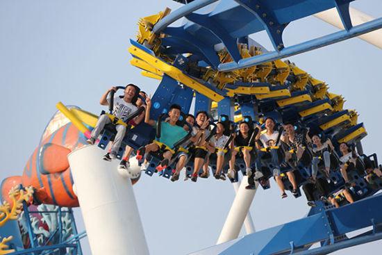 上海欢乐谷不仅具备高科技的大型游乐设备,为敢于极限挑战的游客提供速度的带感。为了让全体游客享受欢乐,上海欢乐谷还有摇摆伞、旋转木马、大洋历险、神奇草帽等小型游乐设备,以及飞行影院、4D影院、6D虚拟过山车体验馆、暴风之旅等馆内游玩项目。还有《新上海滩》、扣篮秀、海狮秀、音乐彩车巡游等数十场精彩演艺,欢乐不停歇!