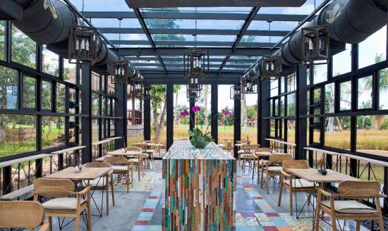 均由回收的帆船木改造而成,在玻璃房内摆满了异国收集来的兰花小盆栽.
