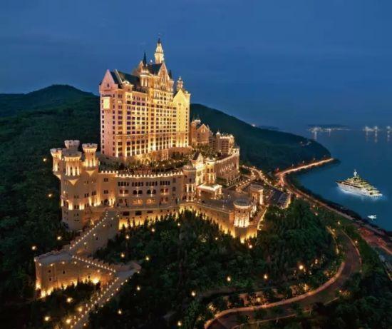 亚洲団地妻_酒店位于亚洲最大的城市广场星海广场,紧靠国际会展中心,贝壳博物馆