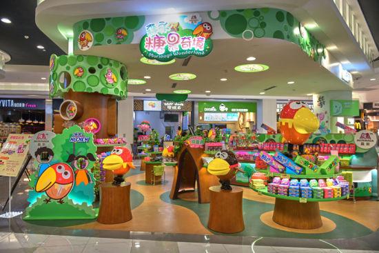 此次在永旺梦乐城(新区店)正式营业的森永形象店糖果奇境,是森永食品在中国大陆地区开设的首家形象店。店铺以森永卡通形象大嘴鸟以及糖果森林为主题概念,在店铺内设置多个互动游艺区。店内销售的产品不仅有以嗨啾为代表的国内产品,还包含了DARS(达诗)、BAKE(焙克力)等在日本极具人气的进口产品,同时森永卡通形象大嘴鸟的系列周边也在此发售。森永首家形象店糖果奇境并非只是单纯的销售旗下产品,而是秉承森永的企业使命以食传递价值与感动,贡献于全世界儿童。为中国的孩子带来一个可以尽情玩闹,享