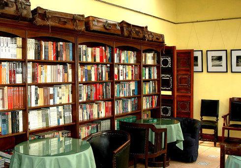 在欧式风格的空间里你可以找到巴洛克风格的雕花木柜