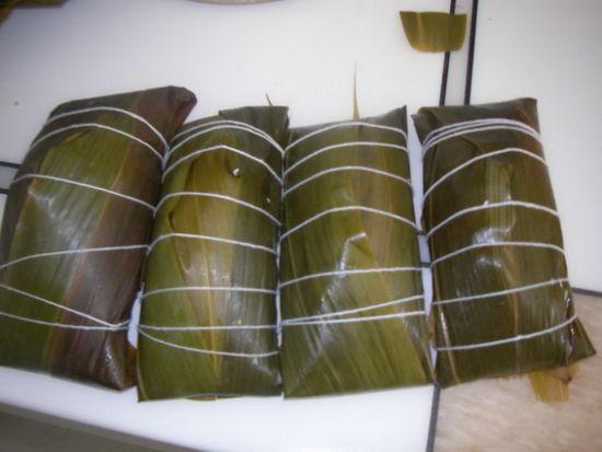 广东独具特色的粽子是潮汕的双烹粽。双烹粽子其主要特色在馅料,一个粽子的馅,一半是咸,一半是甜。一口咬下去,即甜滋滋,又香喷喷,深受潮汕人和海外潮人的喜爱。另外广东的粽子馅料种类也是极多的,栗子、鲜肉、蛋黄、香菇 鸭肉等均可作为馅料。   4、广西 -- 枕头粽