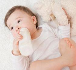 宝宝躺着喝奶伤害多多