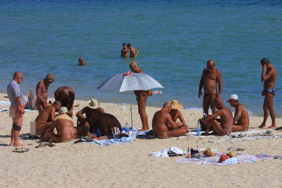 海南三亚海滩再现裸晒者