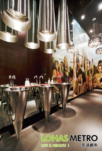 m1nt酒吧区洗手间的落地手绘画